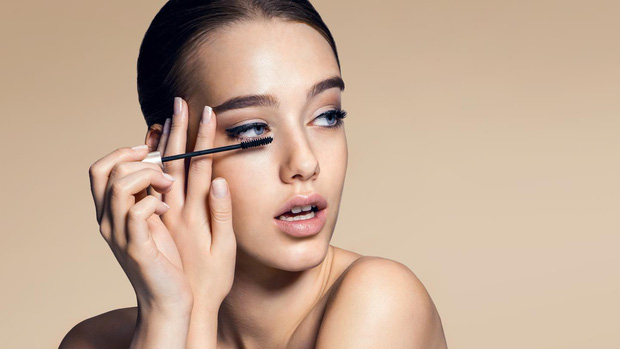 Lý giải cho hành động quái đản của hội con gái: Tại sao cứ chuốt mascara là lại phải há miệng kỳ khôi? - Ảnh 4.