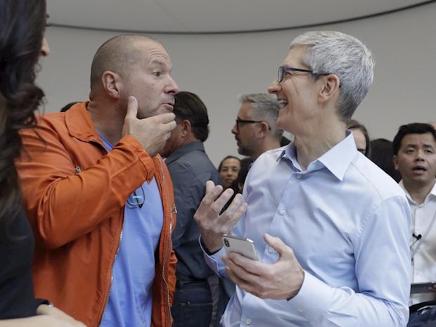 Lộ ảnh CEO Apple cầm iPhone XI mới nhất trên tay, nhưng sự thật lại khác một trời một vực - Ảnh 2.