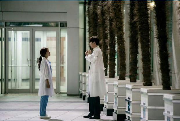Giật mình các nam thần Hàn cao trên 1m9 đứng bên đồng nghiệp: Như người khổng lồ, Lee Kwang Soo chưa là gì với Rowoon - Ảnh 18.