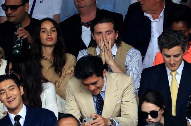 Chung kết Wimbledon: Cậu cả bất tài nhiều tật nhà Beckham vừa ăn bánh vừa chụm đầu tình tứ với người yêu, nhưng bị dìm thảm hại khi ở chung một khung hình với Siwon (Super Junior) - Ảnh 4.