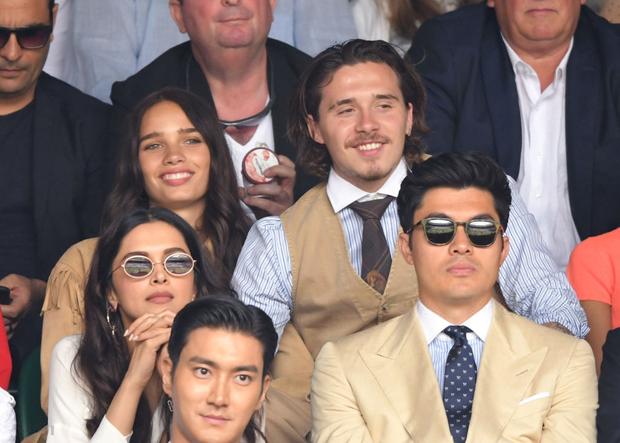 Chung kết Wimbledon: Cậu cả bất tài nhiều tật nhà Beckham vừa ăn bánh vừa chụm đầu tình tứ với người yêu, nhưng bị dìm thảm hại khi ở chung một khung hình với Siwon (Super Junior) - Ảnh 6.