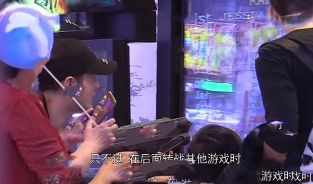 Lộ ảnh hiếm dấy lên nghi ngờ rạn nứt: Huỳnh Hiểu Minh đưa con trai đi chơi, Angela Baby mất hút - Ảnh 3.