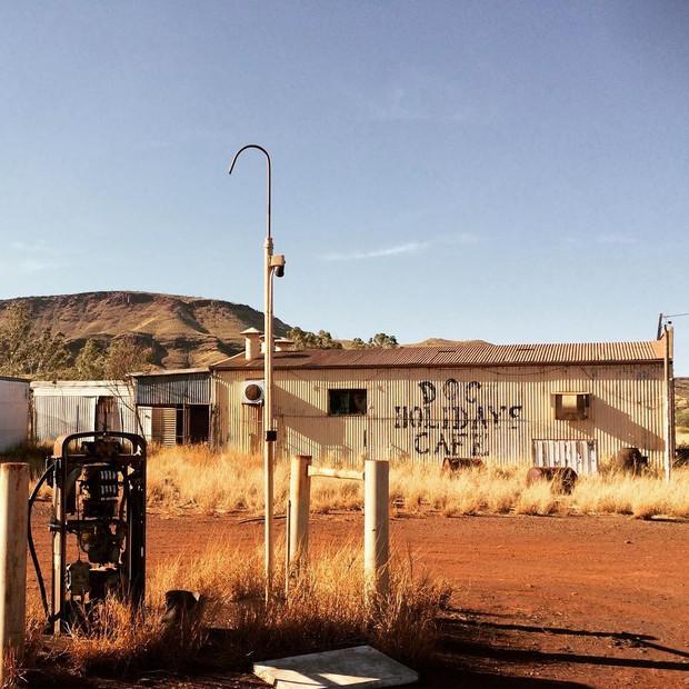 Góc ngược đời: Bị cảnh báo nhiều lần vì nguy hiểm chết người nhưng du khách vẫn kéo đến thị trấn ma ở Úc để... check-in - Ảnh 1.