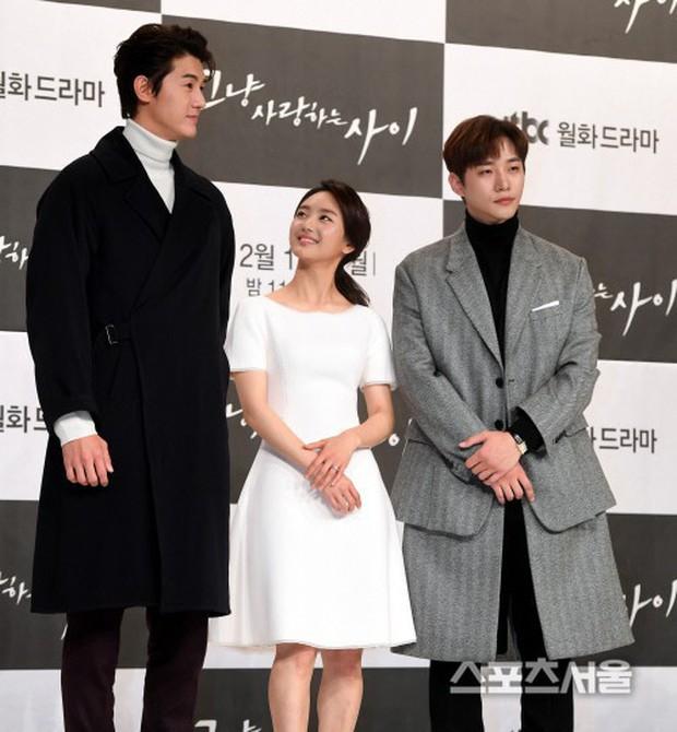 Giật mình các nam thần Hàn cao trên 1m9 đứng bên đồng nghiệp: Như người khổng lồ, Lee Kwang Soo chưa là gì với Rowoon - Ảnh 5.