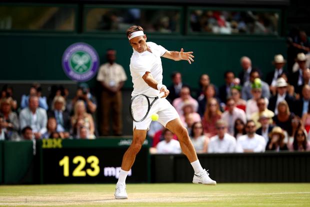Nhói lòng khoảnh khắc huyền thoại Roger Federer lặng người bất động sau trận chung kết Wimbledon lịch sử và hấp dẫn không thể tin nổi - Ảnh 8.