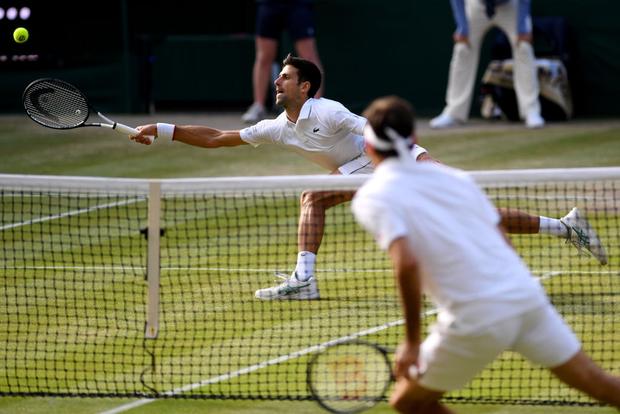 Nhói lòng khoảnh khắc huyền thoại Roger Federer lặng người bất động sau trận chung kết Wimbledon lịch sử và hấp dẫn không thể tin nổi - Ảnh 6.