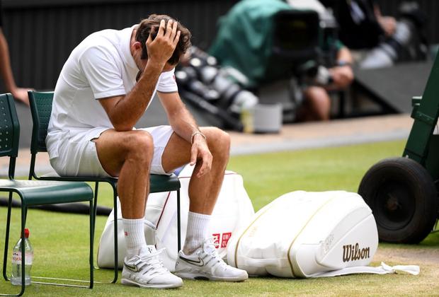 Nhói lòng khoảnh khắc huyền thoại Roger Federer lặng người bất động sau trận chung kết Wimbledon lịch sử và hấp dẫn không thể tin nổi - Ảnh 1.