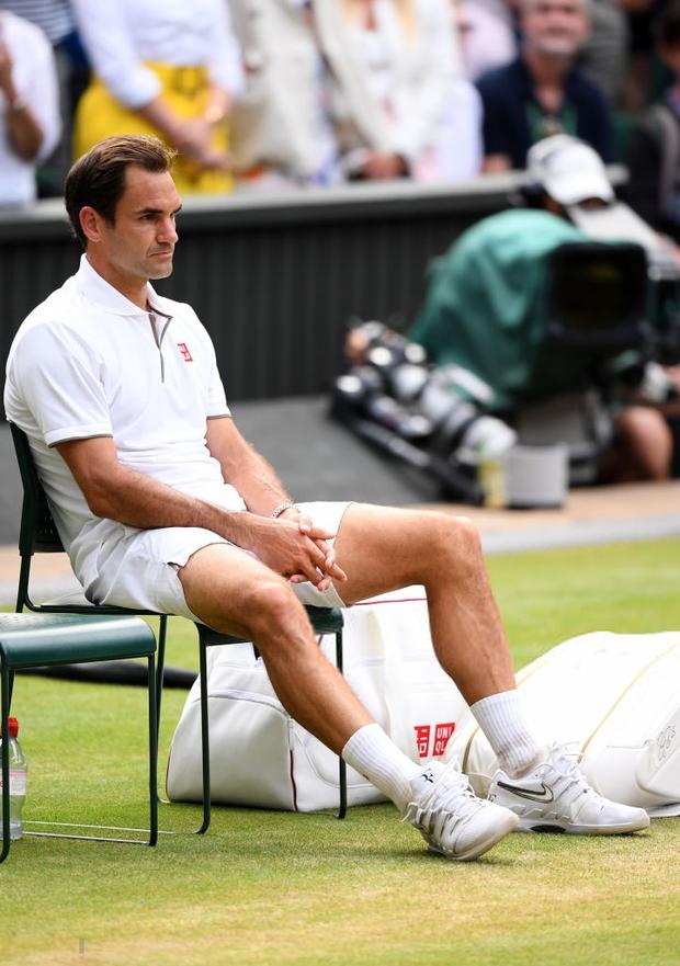 Nhói lòng khoảnh khắc huyền thoại Roger Federer lặng người bất động sau trận chung kết Wimbledon lịch sử và hấp dẫn không thể tin nổi - Ảnh 2.