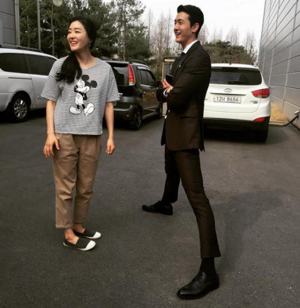 Giật mình các nam thần Hàn cao trên 1m9 đứng bên đồng nghiệp: Như người khổng lồ, Lee Kwang Soo chưa là gì với Rowoon - Ảnh 6.