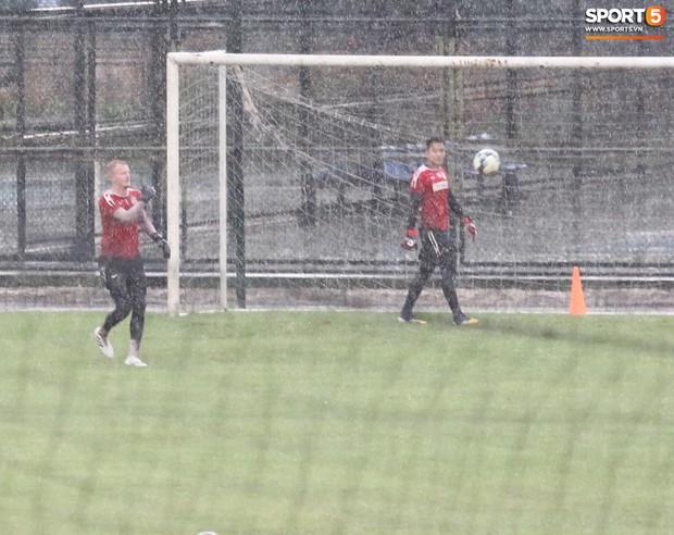 Số nhọ như HAGL: Vừa ra sân thì trời đổ mưa lớn, thầy trò chạy loạn tìm chỗ trú - Ảnh 4.