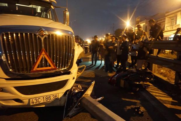 Đà Nẵng: Container mất lái tông cả gia đình đi ăn cưới về, bé trai 4 tuổi tử vong thương tâm - Ảnh 1.