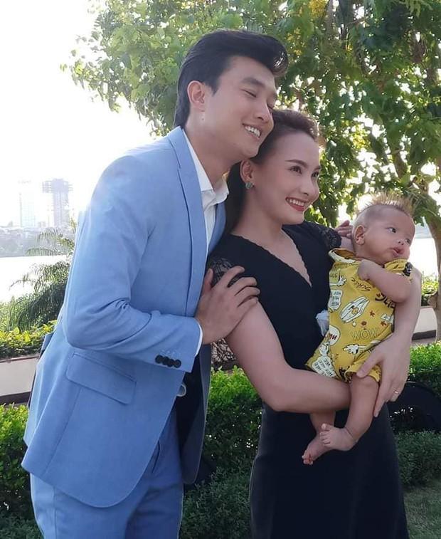 """Lộ ảnh gia đình Thư - Vũ (Về nhà đi con) hạnh phúc bên nhau nhưng mái tóc cực """"chất"""" của bé Củ Gừng mới chiếm trọn spotlight - Ảnh 1."""