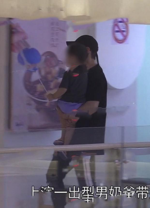 Lộ ảnh hiếm dấy lên nghi ngờ rạn nứt: Huỳnh Hiểu Minh đưa con trai đi chơi, Angela Baby mất hút - Ảnh 1.