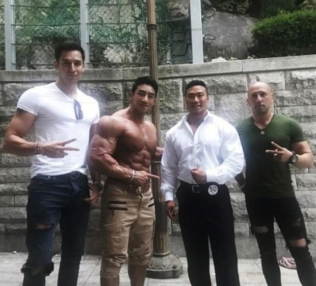Giật mình các nam thần Hàn cao trên 1m9 đứng bên đồng nghiệp: Như người khổng lồ, Lee Kwang Soo chưa là gì với Rowoon - Ảnh 8.