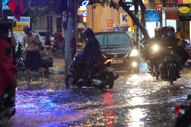 Clip, ảnh: Mưa lớn xối xả đúng giờ tan tầm, nhiều tuyến phố Hà Nội ngập nước, ùn tắc kinh hoàng - Ảnh 10.
