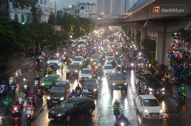Clip, ảnh: Mưa lớn xối xả đúng giờ tan tầm, nhiều tuyến phố Hà Nội ngập nước, ùn tắc kinh hoàng - Ảnh 3.