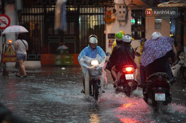 Clip, ảnh: Mưa lớn xối xả đúng giờ tan tầm, nhiều tuyến phố Hà Nội ngập nước, ùn tắc kinh hoàng - Ảnh 9.