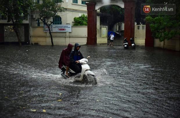 Clip, ảnh: Mưa lớn xối xả đúng giờ tan tầm, nhiều tuyến phố Hà Nội ngập nước, ùn tắc kinh hoàng - Ảnh 6.