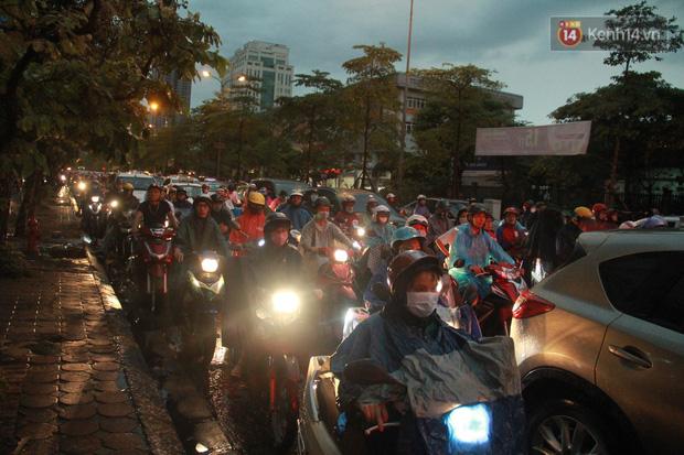 Clip, ảnh: Mưa lớn xối xả đúng giờ tan tầm, nhiều tuyến phố Hà Nội ngập nước, ùn tắc kinh hoàng - Ảnh 5.