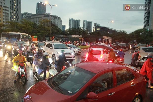 Clip, ảnh: Mưa lớn xối xả đúng giờ tan tầm, nhiều tuyến phố Hà Nội ngập nước, ùn tắc kinh hoàng - Ảnh 17.