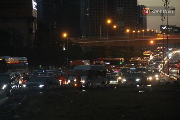 Clip, ảnh: Mưa lớn xối xả đúng giờ tan tầm, nhiều tuyến phố Hà Nội ngập nước, ùn tắc kinh hoàng - Ảnh 16.