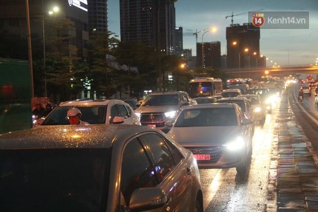 Clip, ảnh: Mưa lớn xối xả đúng giờ tan tầm, nhiều tuyến phố Hà Nội ngập nước, ùn tắc kinh hoàng - Ảnh 15.