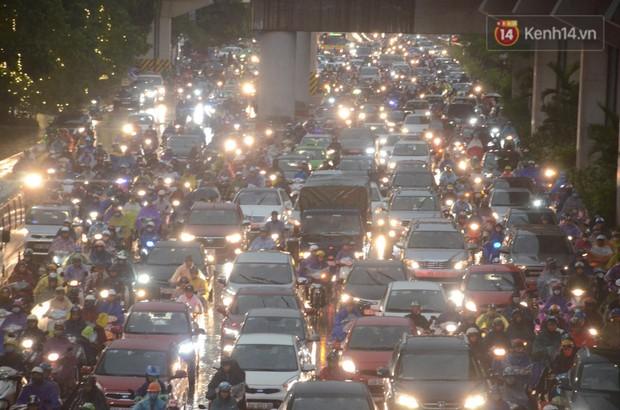 Clip, ảnh: Mưa lớn xối xả đúng giờ tan tầm, nhiều tuyến phố Hà Nội ngập nước, ùn tắc kinh hoàng - Ảnh 2.