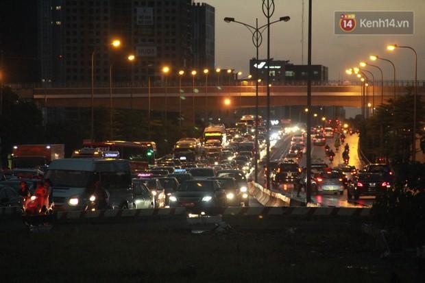Clip, ảnh: Mưa lớn xối xả đúng giờ tan tầm, nhiều tuyến phố Hà Nội ngập nước, ùn tắc kinh hoàng - Ảnh 14.