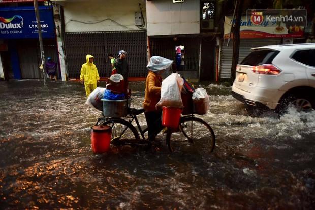 Clip, ảnh: Mưa lớn xối xả đúng giờ tan tầm, nhiều tuyến phố Hà Nội ngập nước, ùn tắc kinh hoàng - Ảnh 7.