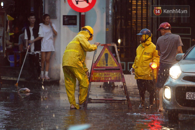 Clip, ảnh: Mưa lớn xối xả đúng giờ tan tầm, nhiều tuyến phố Hà Nội ngập nước, ùn tắc kinh hoàng - Ảnh 12.
