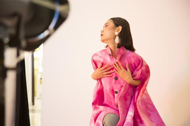 Muôn vàn kiểu tạo dáng lạ lùng của các thí sinh giành vé vào nhà chung Vietnams Next Top Model - Ảnh 1.