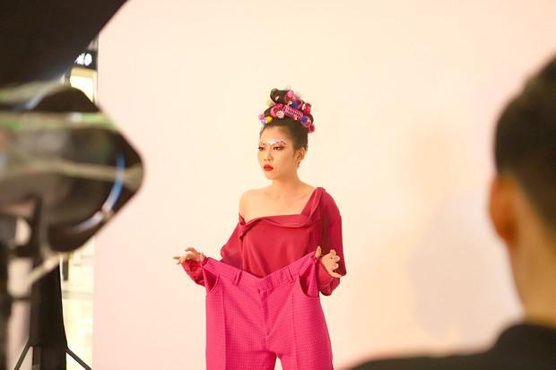 Muôn vàn kiểu tạo dáng lạ lùng của các thí sinh giành vé vào nhà chung Vietnams Next Top Model - Ảnh 9.