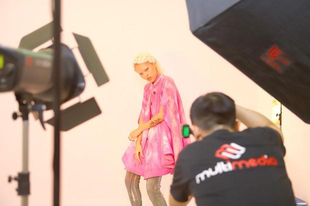 Muôn vàn kiểu tạo dáng lạ lùng của các thí sinh giành vé vào nhà chung Vietnams Next Top Model - Ảnh 10.