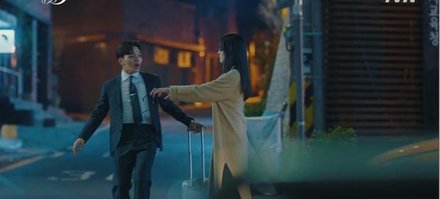 Hậu vượt mặt Song Joong Ki, Hotel del Luna tiếp tục gây sốt với màn diệt quỷ ác cực ngầu của IU trong tập mới nhất - Ảnh 4.