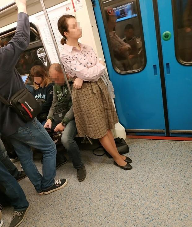 Yêu cầu hành khách khác nhường chỗ nhưng bị cự tuyệt, người phụ nữ có hành động phản cảm gây phẫn nộ - Ảnh 1.