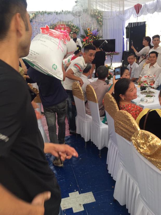 Nhận thiệp hồng trao tay, nhóm bạn thân mang ngay tạ thóc đến mừng cưới làm cô dâu chú rể cười ra nước mắt - Ảnh 3.