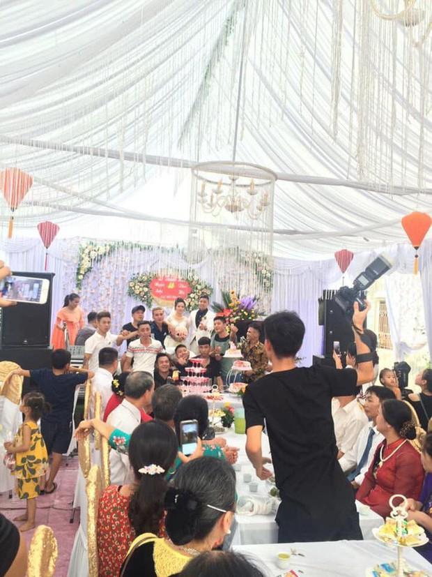 Nhận thiệp hồng trao tay, nhóm bạn thân mang ngay tạ thóc đến mừng cưới làm cô dâu chú rể cười ra nước mắt - Ảnh 4.