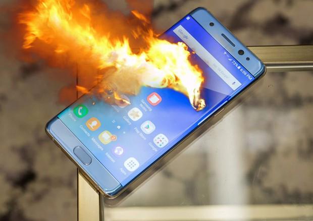 Mỹ: iPhone trên tay bất ngờ bắn lửa tứ tung, bé gái 11 tuổi hoảng sợ ném ngay trước khi bốc cháy - Ảnh 3.