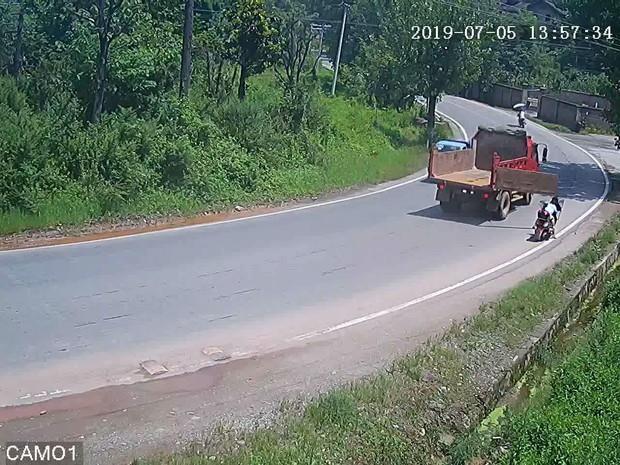 Tai nạn không ngờ: Dừng xe bên đường rồi bị cửa thùng xe tải va thẳng vào đầu, 2 mẹ con lăn đùng ngất xỉu ngay tại chỗ - Ảnh 2.