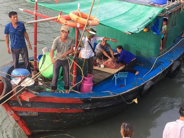 Tìm thấy thi thể bé trai 4 tuổi trượt chân rơi từ thuyền xuống biển ở Hạ Long - Ảnh 1.
