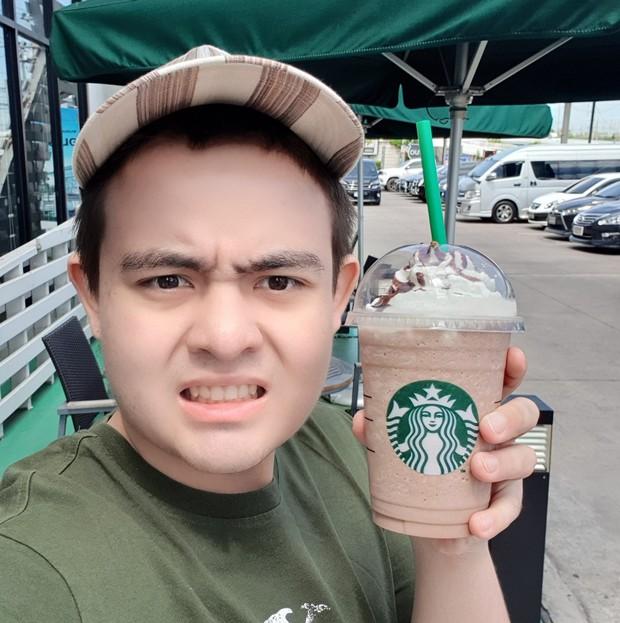 Suốt 3 năm, thay 30 ava nhưng full bộ là tự sướng với cốc Starbucks, fan cuồng này phải chăng muốn trở thành đại sứ thương hiệu? - Ảnh 1.