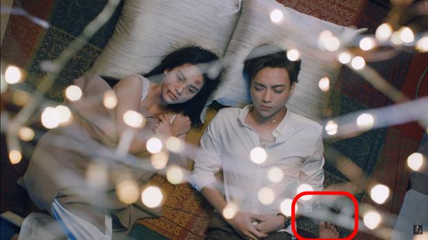 Soi sạn MV 16+ của Soobin Hoàng Sơn: chân ải chân ai mà lọt vào khung hình thế này? - Ảnh 1.