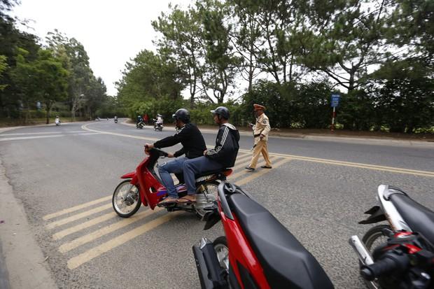 Nhiều nam thanh, nữ tú rú ga bỏ chạy khi bị công an giao thông Đà Lạt kiểm tra tốc độ - Ảnh 2.
