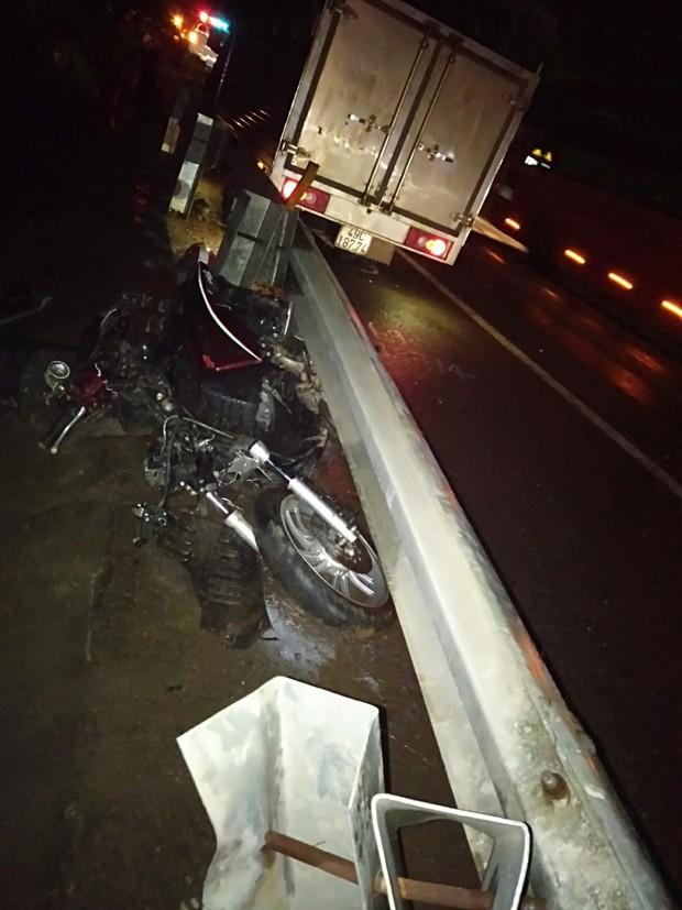 Xe tải lấn đường tông nát xe máy SH, 1 người chết, 1 người nguy kịch - Ảnh 1.