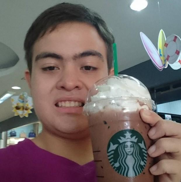 Suốt 3 năm, thay 30 ava nhưng full bộ là tự sướng với cốc Starbucks, fan cuồng này phải chăng muốn trở thành đại sứ thương hiệu? - Ảnh 3.