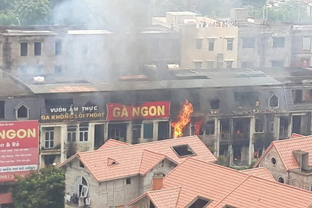 Hà Nội: Cháy gần chục căn nhà tại khu biệt thự liền kề ở Thiên Đường Bảo Sơn, khói đen bốc cao hàng chục mét - Ảnh 4.