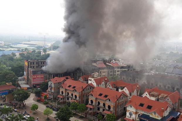 Hà Nội: Cháy gần chục căn nhà tại khu biệt thự liền kề ở Thiên Đường Bảo Sơn, khói đen bốc cao hàng chục mét - Ảnh 3.