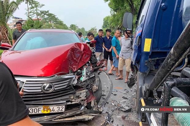 Hà Nội: Xe sang Lexus va chạm với xe tải, nhiều mảnh vỡ vương vãi khắp hiện trường - Ảnh 1.