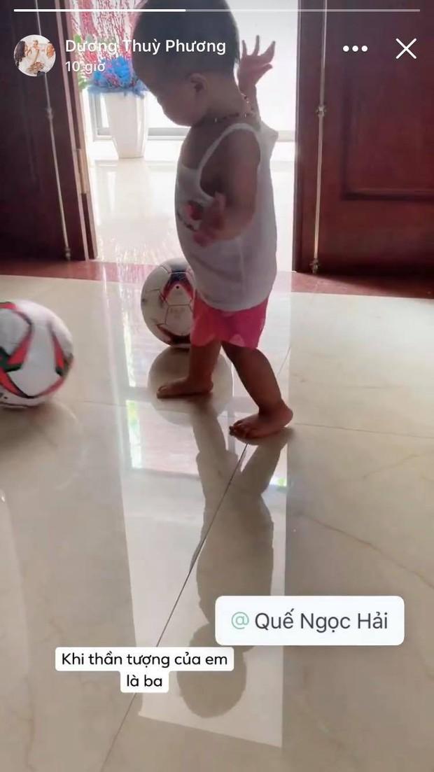 Con gái Quế Ngọc Hải vừa tập đi đã chạy theo trái bóng cực đáng yêu - Ảnh 2.