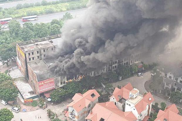 Hà Nội: Cháy gần chục căn nhà tại khu biệt thự liền kề ở Thiên Đường Bảo Sơn, khói đen bốc cao hàng chục mét - Ảnh 2.